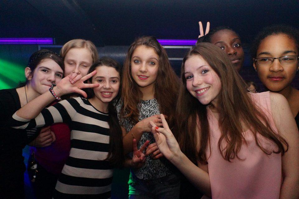 Jeunes filles lors de la soirée disco organisée par l'école en fin de séjour