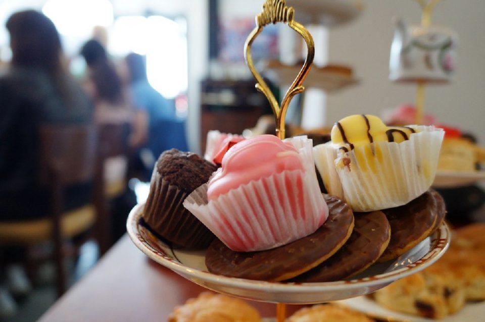 Dégustation de muffins et biscuits anglais lors du tea & Deportment avec Lady Rebecca
