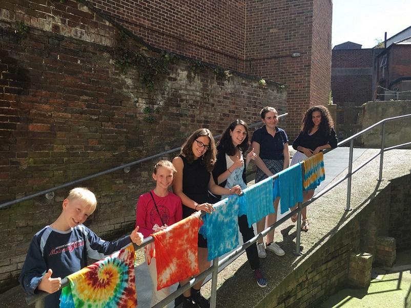 Les jeunes ont terminé de personnaliser leur t-shirt pendant l'activité Tie Dye à CGC